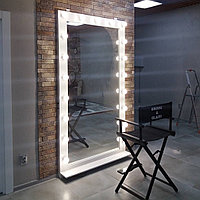 Макияжное зеркало с ламповой подсветкой.