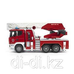 BRUDER  Пожарная машина Scania с выдвижной лестницей и помпой с модулем со световыми и звуковыми эффекта