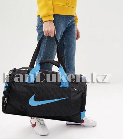 Сумка спортивная дорожная с боковым карманом и с плечевыми ремнями черная с синим значком