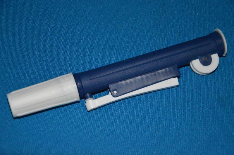 Устройство для заполнения пипеток поршневого типа, синее, для пипеток до 2 мл (VITLAB)