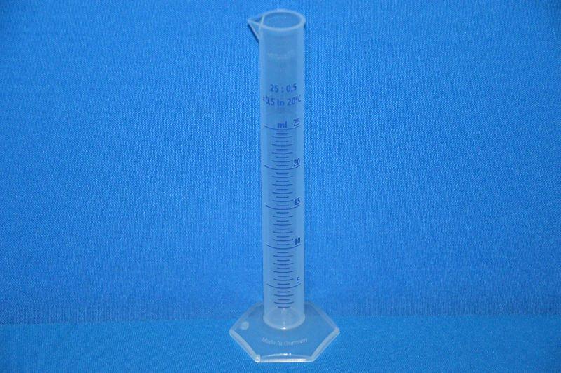 Цилиндр мерный с носиком высокий, 25 мл, ц.д.0,5 мл, класс В, 6-гранное основание, рельефная синяя шкала, РР (VITLAB)