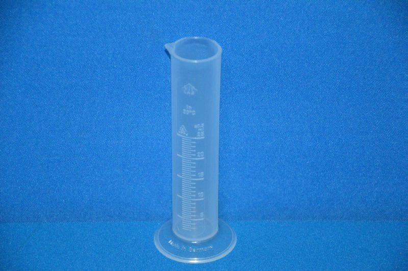 Цилиндр мерный с носиком низкий 25 мл, ц.д.0,5 мл, класс В, кольцевая рельефная шкала, полипропилен (РР) (VITLAB)