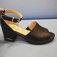 Босоножки на каблуке черные