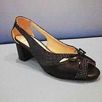 Босоножки чёрные в мелкий горох на каблуке