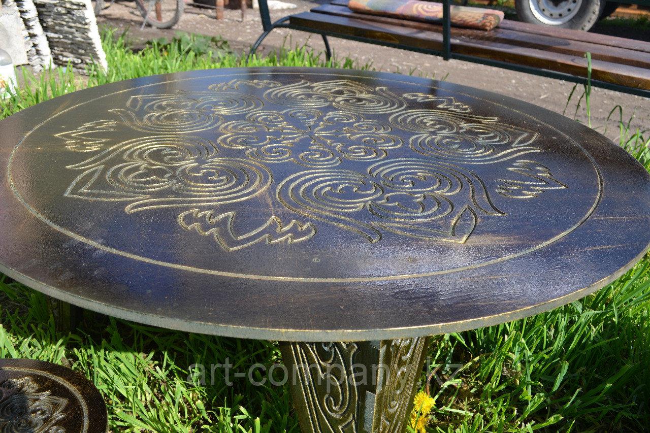 Круглый стол с орнаментом со стульями