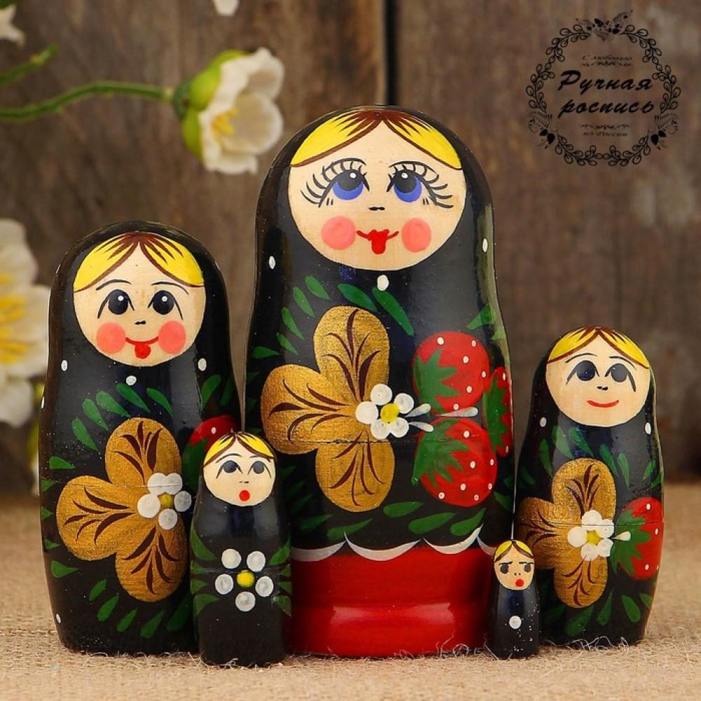 Матрёшка «Земляничка», чёрный платок, 5 кукольная, 10 см